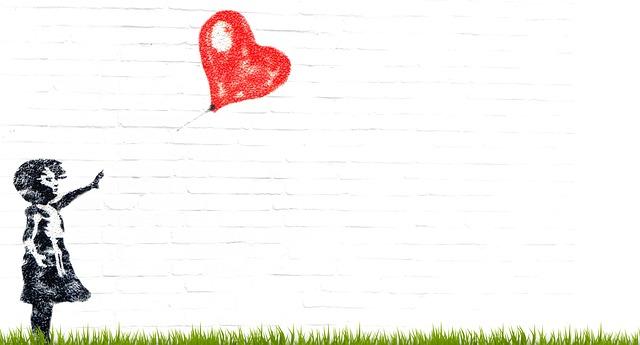bambina con palloncino a cuore - amicizia e rispetto