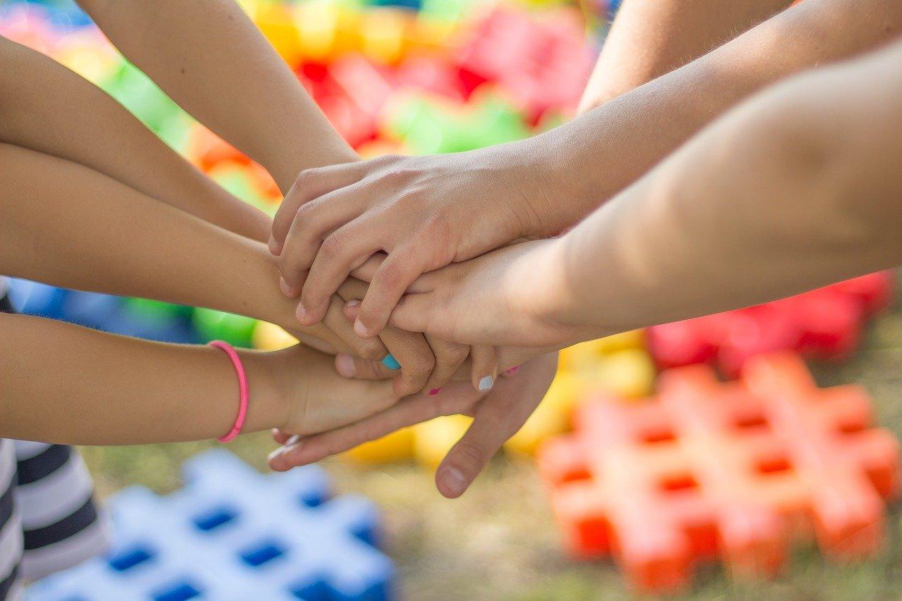 mani intrecciate_amicizia bambini