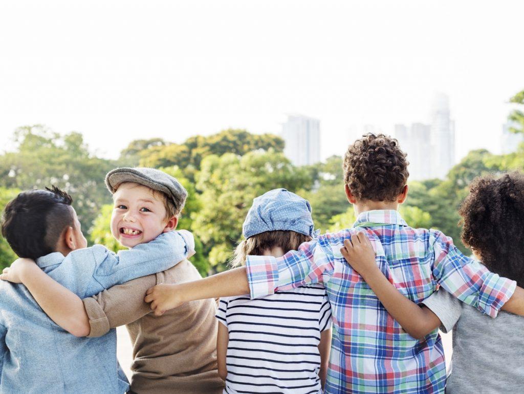 emozioni e amicizia in un abbraccio collettivo