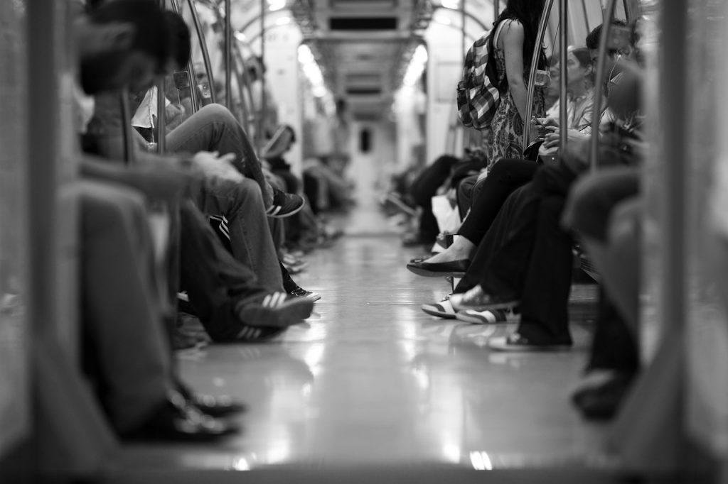 persone_treno_cellulare