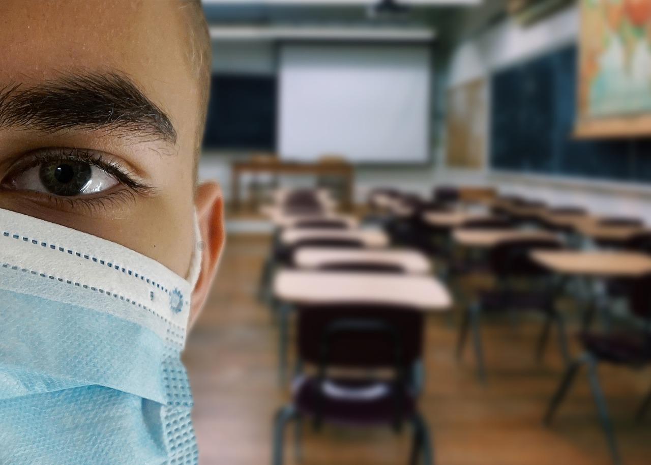 ragazzo con mascherina a scuola