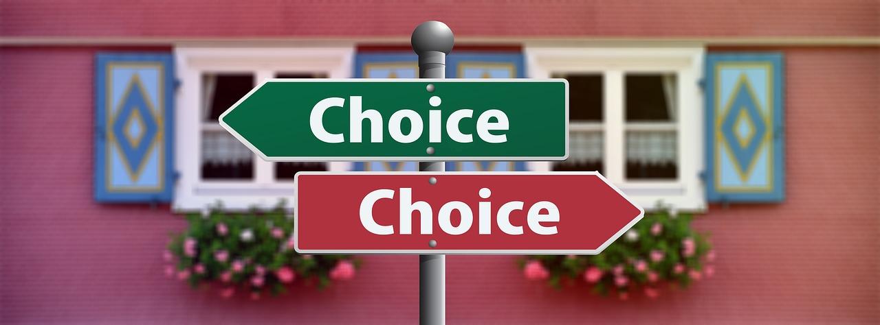 Cartelli stradali che indicano due scelte