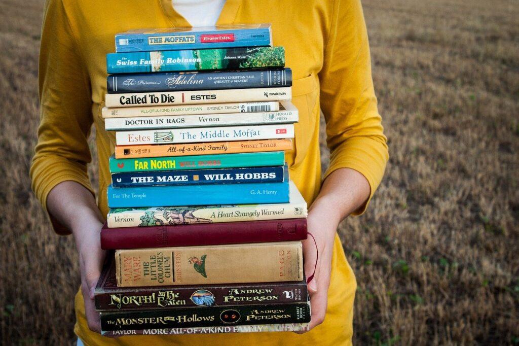 pila di libri ragazza